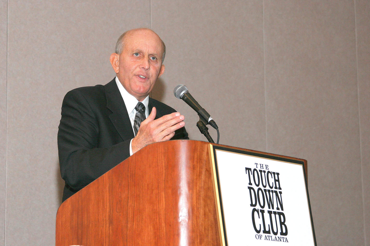 10-4-04 Larry Coker at podium